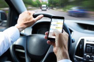 Britanci zabranjuju: U automobilima vozači ne smiju držati mobitel u rukama!