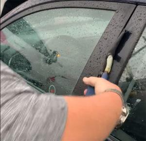 Zaboravili ste ključ u autu! Pogledajte kako otvoriti automobil bez razbijanja stakla
