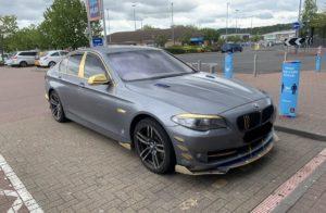 """BMW serije 5 F10 """"Dubai Edition"""". S plastičnim zlatnim ukrasima…"""