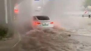 Tesla poput amfibijskog vozila. Kineskim vozačima ne smetaju poplavljene ceste (video)